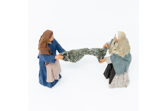 Donne che stendono la coperta - Fisse Vestite - 12 cm
