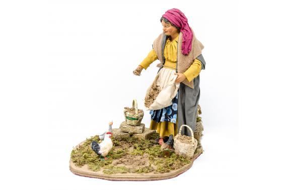 Donna che dà da Mangiare alle Galline - Movimento - 24 cm