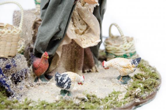 Donna che dà da mangiare alle galline - Movimento - 15 cm