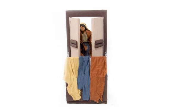 Donna che apre la finestra del balcone - Movimento - 15 cm