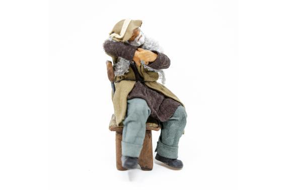 Uomo che Dorme su Sedia - Fisse Vestite - 12 cm