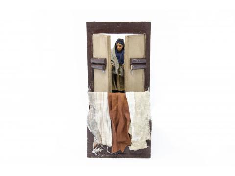 Donna che apre la finestra del balcone - Movimento - 12 cm