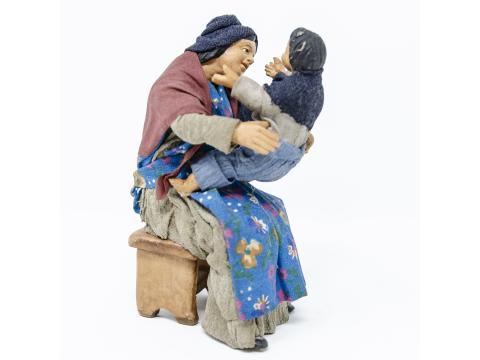 Donna Seduta con Bambino - Fisse Vestite - 16 cm